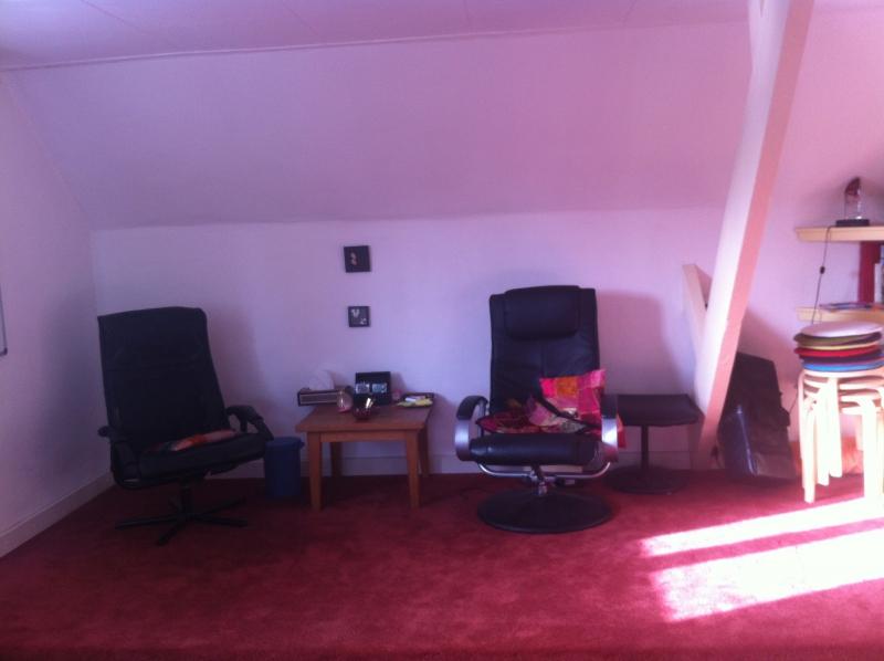 Grote praktijk met stoelenkamer